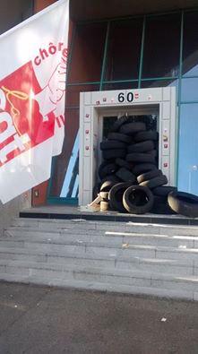 Des pneus pour bloquer le siège du Medef, le 28 juin à Lyon. ©DR