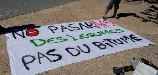 """Une banderole d'un militant contre l'A45, en juillet 2016 . ©LB/Rue89Lyon Elus, habitants des Monts du Lyonnais mais aussi militants écolos radicaux avaient fait le déplacement contre l'A45. Ici, une banderole d'un militant se présentant comme """"zadiste"""" qui dénonce la destruction de 500 ha de terres agricoles sur le tracé de l'A45. ©LB/Rue89Lyon"""