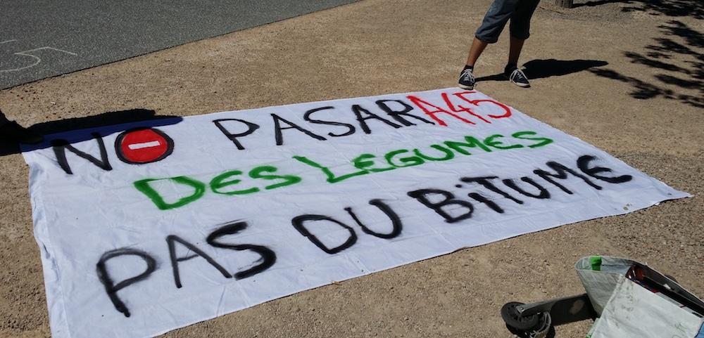 """Elus, habitants des Monts du Lyonnais mais aussi militants écolos radicaux avaient fait le déplacement contre l'A45. Ici, une banderole d'un militant se présentant comme """"zadiste"""" qui dénonce la destruction de 500 ha de terres agricoles sur le tracé de l'A45. ©LB/Rue89Lyon"""