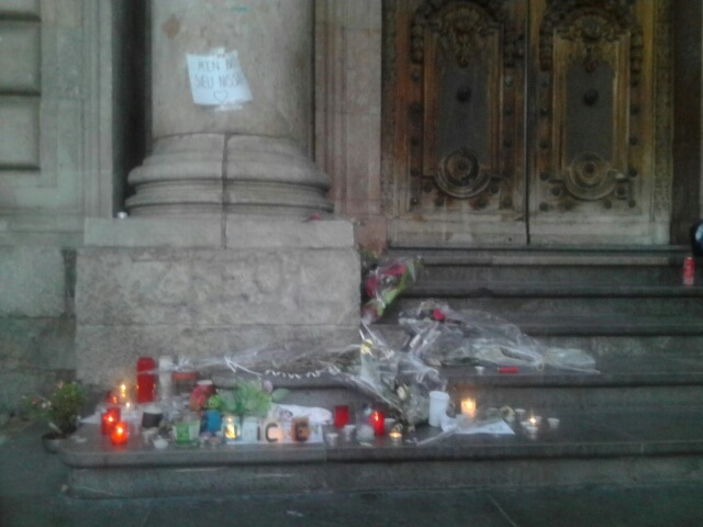 Le mémorial improvisé en hommage aux victimes de l'attentat de Nice, dimanche 18 juillet à 22h ©SS/Rue89Lyon