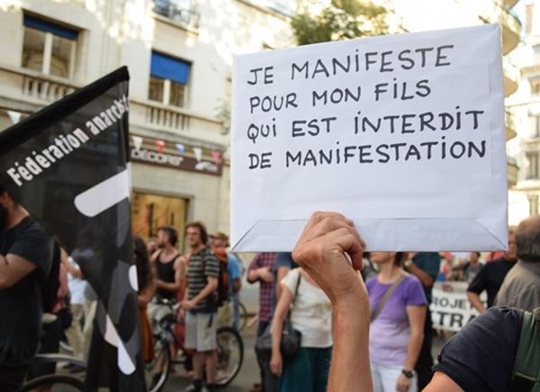 ne mère est venue manifester en soutien à son fils interdit de manifester © SS/Rue89 Lyon