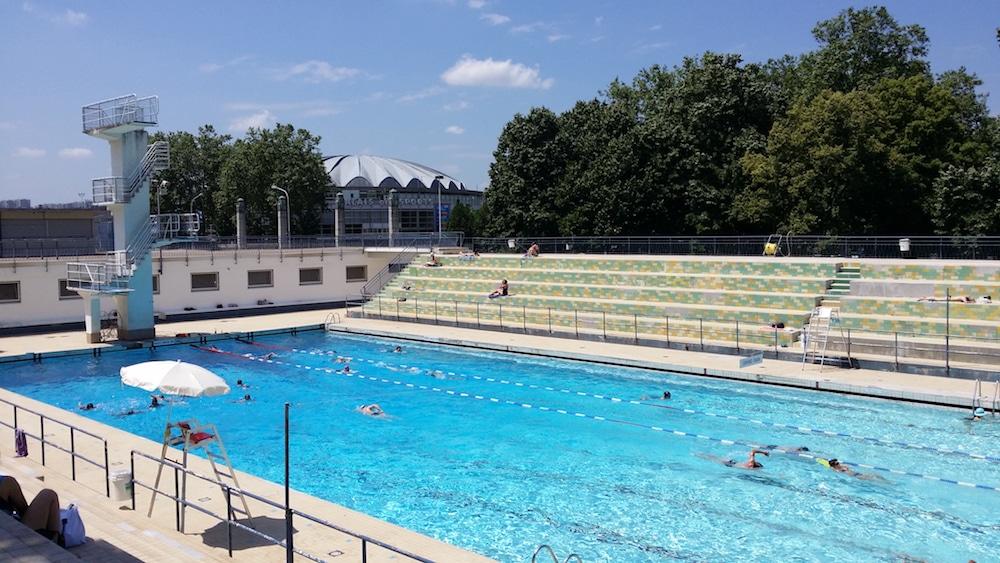Le bassin de 50 mètres de la piscine de Gerland. le plongeoir et les gradins sont classés. ©LB/Rue89Lyon