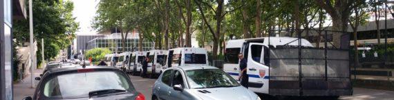 Des camions de CRS devant le siège de la Métropole de Lyon. Crédit : Rue89Lyon.