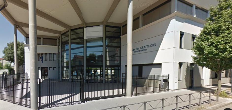 L'école provisoire des Gratte-ciel est située dans l'enceinte du collège du quartier. Capture d'écran Google View