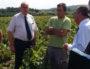 Le 31 août, Jean-Paul Baritel, vigneron à Villié-Morgon, entouré de Bernard Perrut (député-maire LR de Villefranche-sur-Sâone) et du préfet du Rhône, Michel Delpuech. ©LB/Rue89Lyon