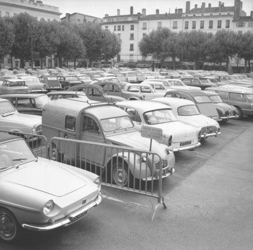 Parkings de voitures, Vue de la place Bellecour. Photo CC, Georges Vermard, [19..], collections BML