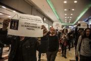En tout, entre 40 et 50 personnes se sont rassemblées pour protester contre les conditions de travail des agents de services chargés de nettoyer les toilettes du centre commercial de La Part Dieu. © Romain Costaseca