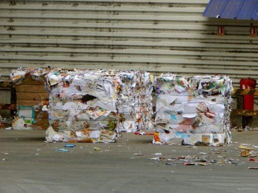 Les balles de matières créées attendent dans la cour de l'usine d'être envoyées en camion dans des usines de recyclage. © Gaëlle Ydalini / Rue89Lyon