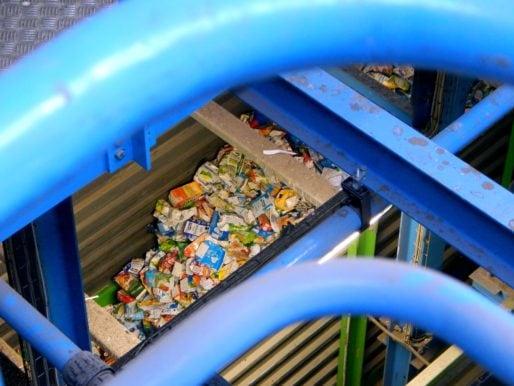 Les déchets passent par plusieurs tapis roulants pour être traités. © Gaëlle Ydalini / Rue89Lyon