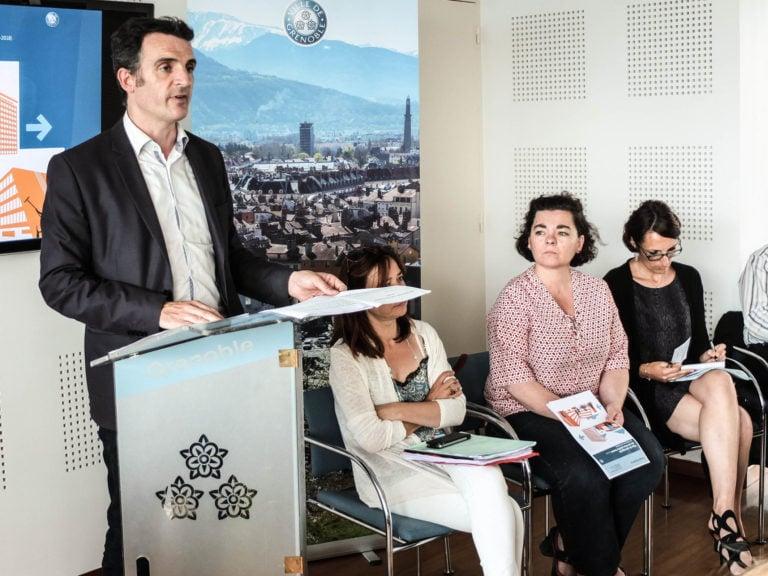 """Eric Piolle et son adjointe aux Cultures, Corinne Bernard (à droite) lors de l'annonce du """"plan de sauvegarde"""", le 9 juin 2016. Crédit : VG/Rue89Lyon"""