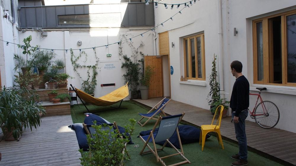 a lyon la ru e vers les hostels. Black Bedroom Furniture Sets. Home Design Ideas