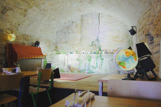 """Au fond de la salle du restaurant """"Aux bons sauvages"""" une scène a été installée pour accueillir des concerts. Photo BE/Rue89Lyon"""