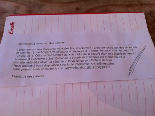 Photo d'un mot dans le cahier de liaison d'un élève de maternelle, dans une école de la Métropole de Lyon. Rue89Lyon/DR