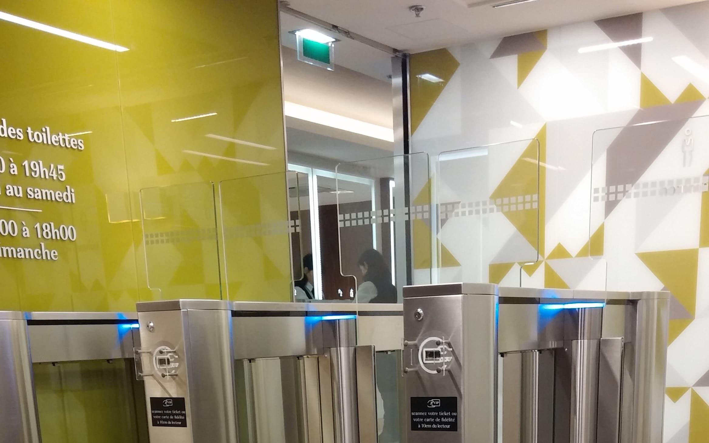 """Les """"dames pipi"""" de la Part-Dieu doivent contractuellement nettoyer derrière chaque client et les aiguiller sur l'accès aux toilettes. © Photo Rue89Lyon"""