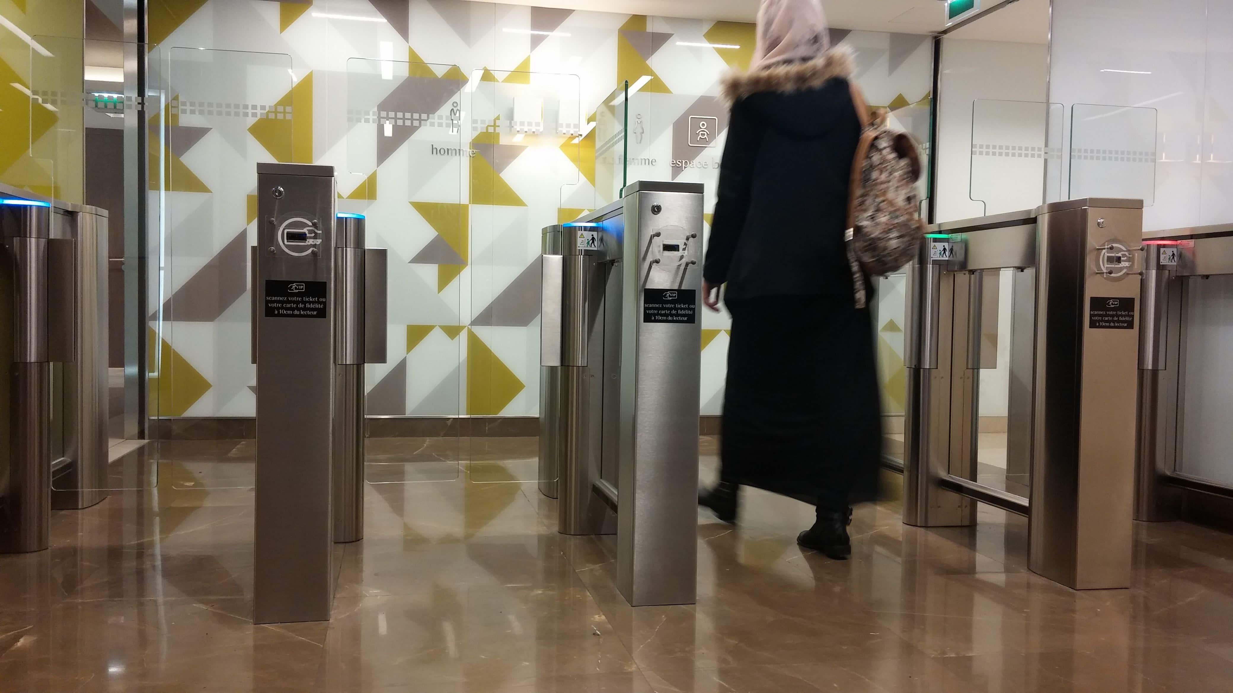 L'accès aux toilettes de la Part-Dieu est payant et il faut acheter un ticket pour passer les barrières à l'entrée. © Photo Rue89Lyon