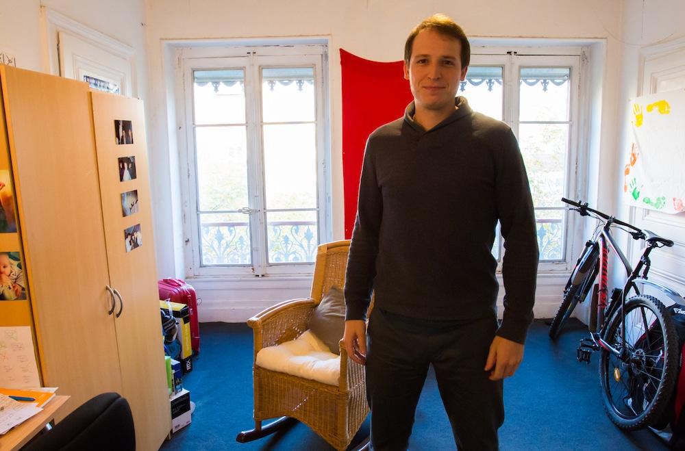 Vincent Verzat, activiste, vidéaste et YouTubeur dans sa chambre, photographié dans le contre-champ. ©LB/Rue89Lyon