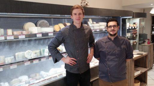 Jean Bordereau, à gauche, et Dimitri son apprenti dans la boutique du 7e arrondissement à Lyon. Photo BE/Rue89Lyon