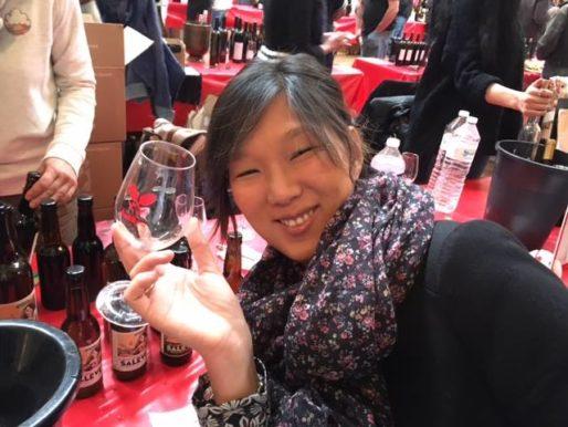 Une visiteuse du salon des vins naturels Rue89Lyon, en joie et... devant de la bière ! (Car il y en a aussi ici) Crédit : DD/Rue89Lyon