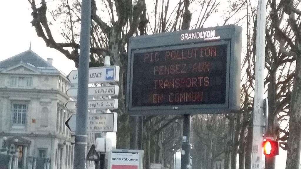 Panneau d'information du Grand Lyon, angle quai Claude Bernard / pont de l'université.
