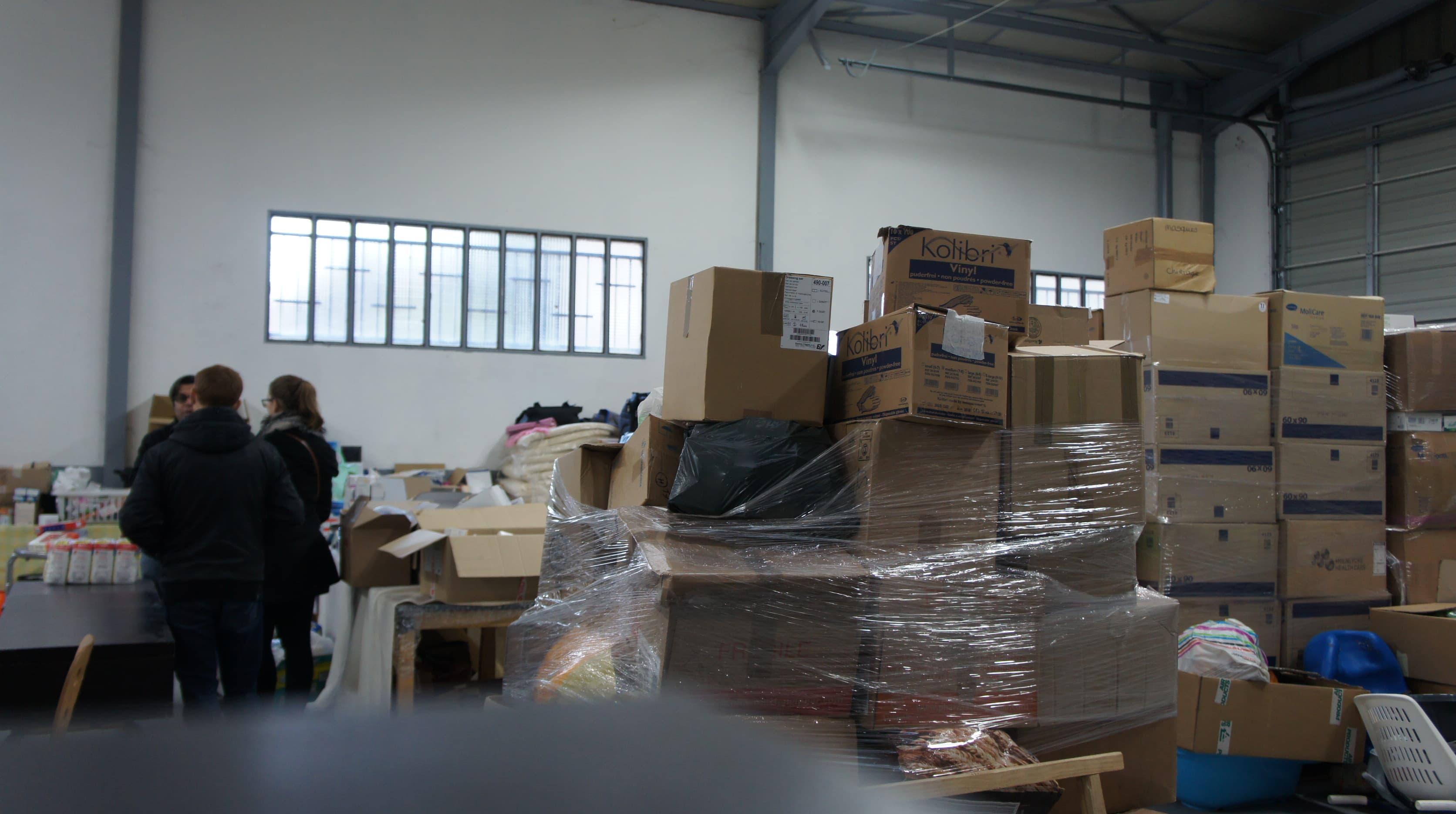 Bassem Al Atrach, faisant visiter l'entrepôt de Free Syria Lyon à des donateurs. ©Rue89Lyon