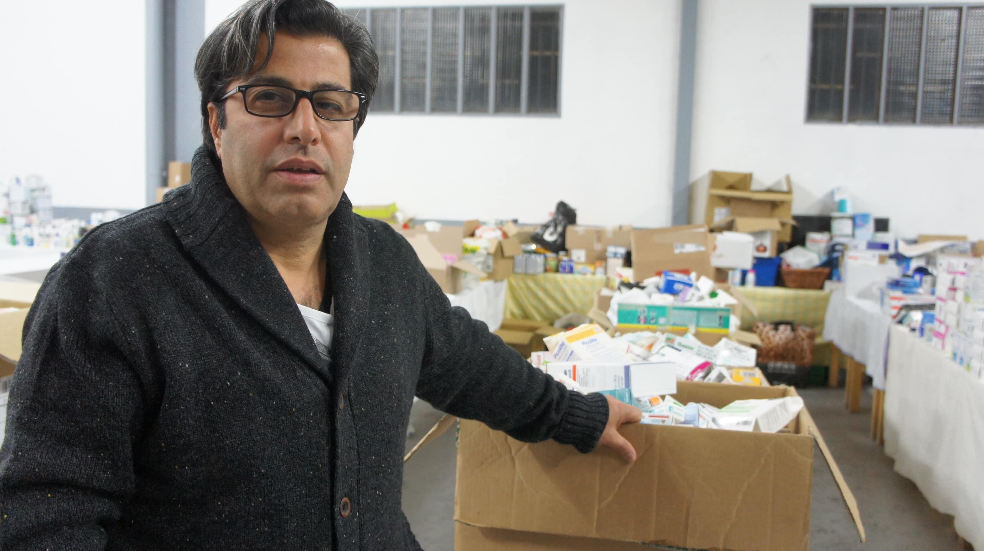 Bassem Al Atrach, devant des médicaments donnés à Free Syria Lyon. ©Rue89Lyon