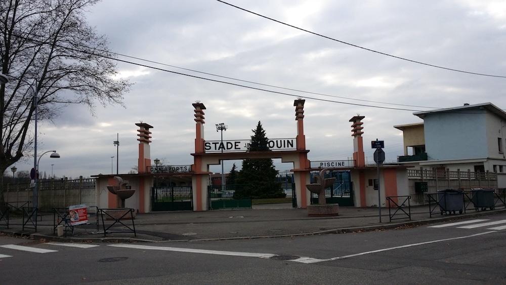 Le stade municipal de Feyzin devra déménager d'ici 15 ans. D'ici là, la jauge devra être limitée à 500 personnes. ©LB/Rue89Lyon