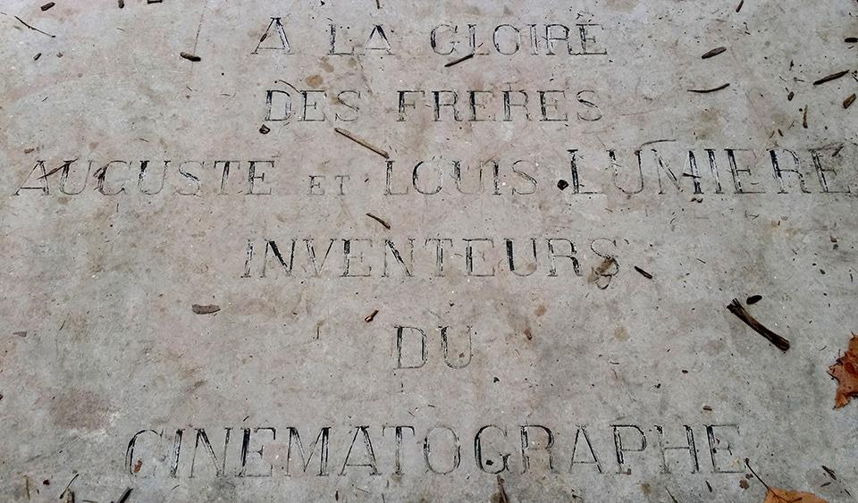 Une plaque en hommage aux frères Lumière. ©Rue89Lyon