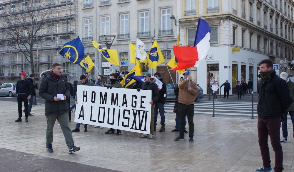 Action d'agit-prop pour l'anniversaire de la mort de Louis XVI. Devant la banderole, Simon, le responsable étudiant de la section de Lyon ©LB/Rue89Lyon