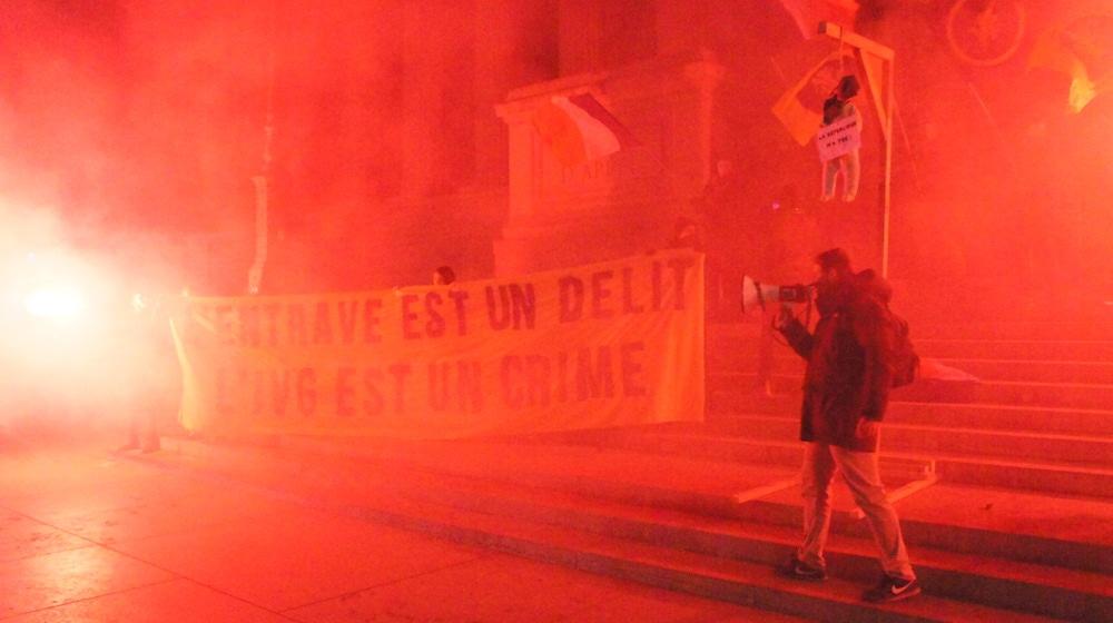 """""""L'IVG est un crime"""". Action anti-avortement de l'Action française devant le Palais de justice, dans le Vieux Lyon. ©LT/Rue89Lyon"""