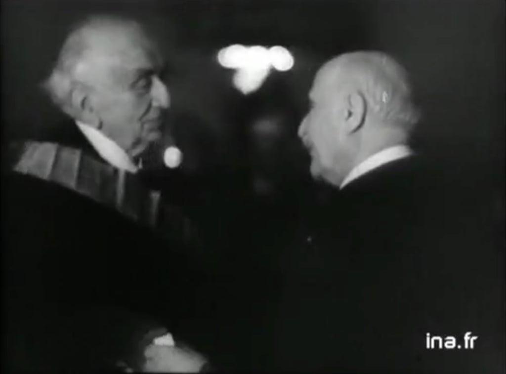Le Maréchal Pétain décorant Louis Lumière officiellement. ©INA