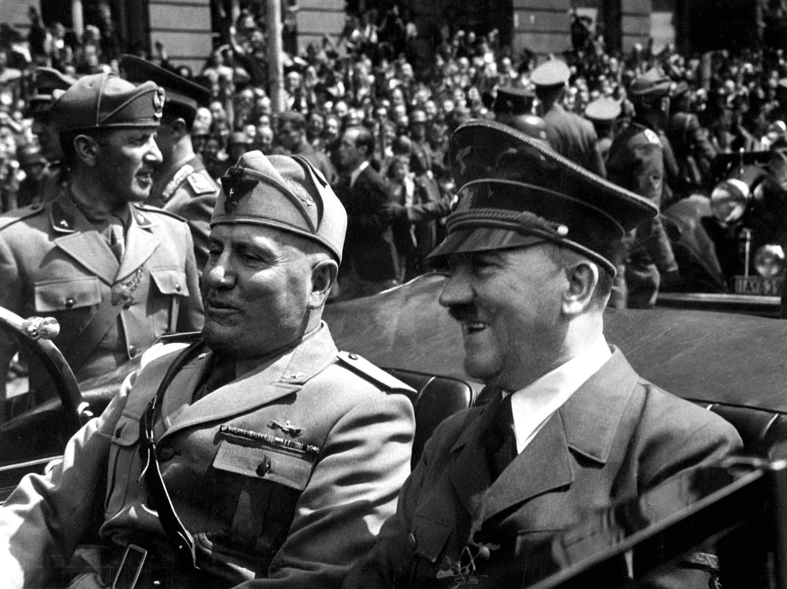 Adolf Hitler et Benito Mussolini, ensemble en juin 1940. ©WikimediaCommons Author : Eva Braun's Photo Album