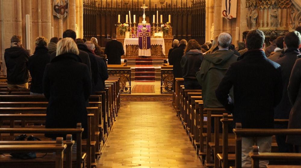 Messe anniversaire de la mort de Louis XVI du 21 janvier 2017. Eglise Saint-Georges (Vieux Lyon). Comme le veut le rite tridentin, le prêtre regarde dans le même sens que les fidèles. ©LB/Rue89Lyon