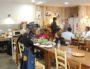 Dans la salle, pas de séparation avec la cuisine, pas de service, on peut aller chercher un couvert ou une assiette, comme à la maison. Photo BE/Rue89Lyon