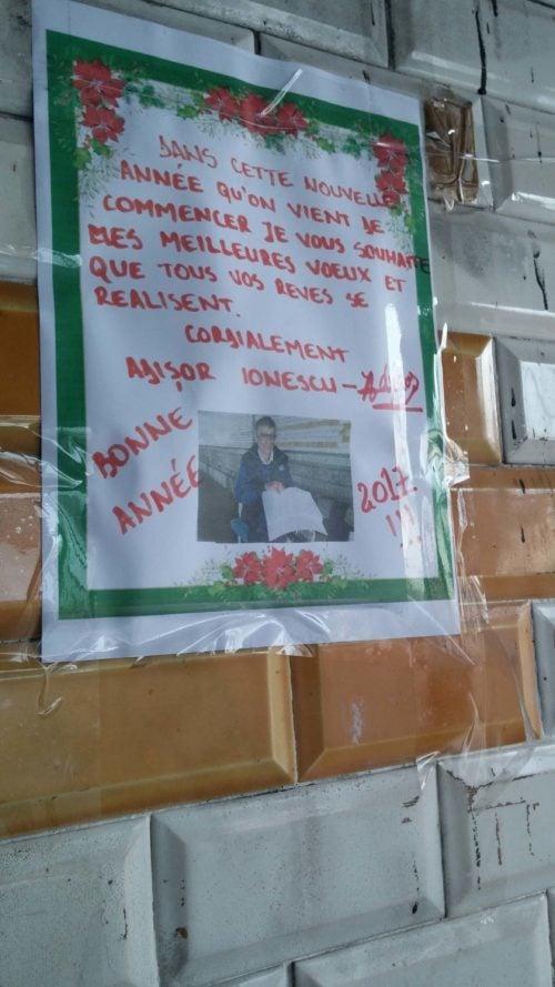 Les vœux d'Adisor Ionescu, ancien sans-abri sous le pont ferroviaire de Jean-Macé, qu'il placarde chaque année sous ce même pont. Photo BE/Rue89Lyon
