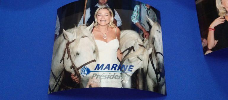 À Lyon, qui veut des photos à 5 euros de Marine Le Pen avec des chevaux ?