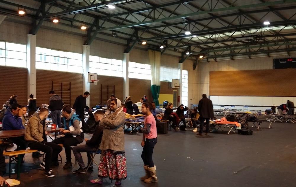 Des personnes isolées et des familles ont refusé pendant quelques heures de quitter le gymnase Bellecombe qui fermait. ©DR