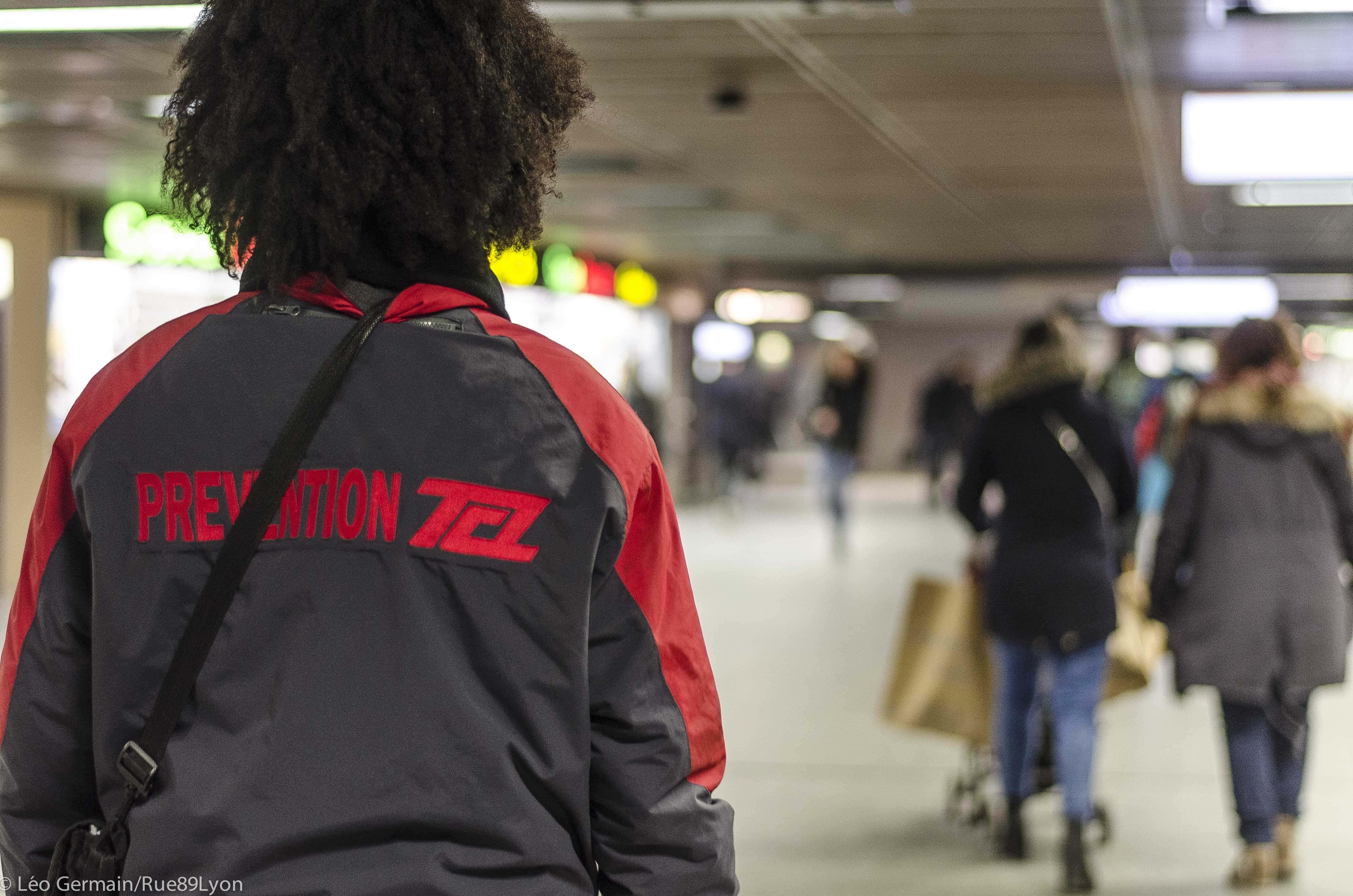 Ils facilitent le flux des passagers aux heures de pointe et nous renseignent. Ce sont nos Amis TCL. Photo d'illustration - janvier 2017 ©Léo Germain/Rue89Lyon