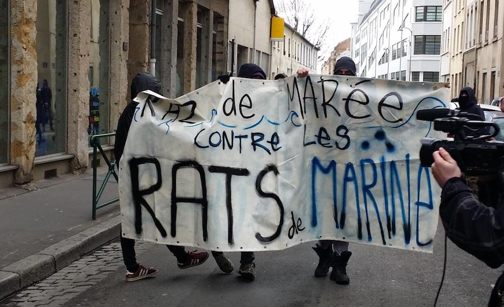 La manif sauvage a sillonné rapidement les rues de la Guillotière à Lyon. ©LB/Rue89Lyon