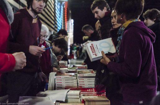 """Vente du livre """"L'avenir en commun"""" de Jean Luc Mélanchon lors de son meeting le 5 février 2017 à Eurexpo à Lyon. ©Léo Germain"""