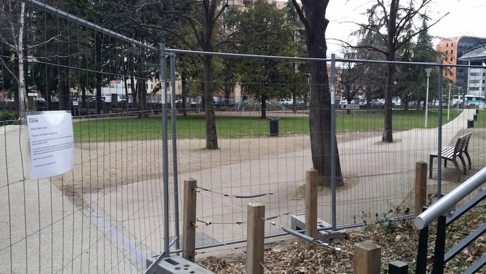 Depuis vendredi, des grilles empêchent l'accès à l'ensemble du parc Jugan et pas seulement aux zones à engazonner. ©DR