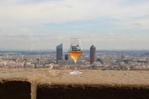 Entre la Gomme et le Crayon, c'est un verre du Lyon Bière qui domine la ville. © Petit Bulletin