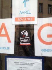Autocollants du GUD sur la vitrine de la MJC du Vieux Lyon. ©DR