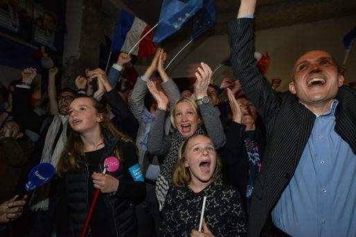 Caroline Collomb et ses filles apprennent la victoire d'Emmanuel Macron le 7 mai 2017. Au QG d'En Marche ! à Lyon. ©Eric Soudan