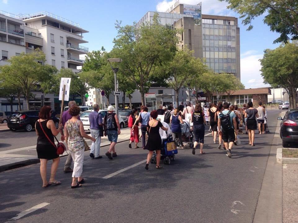 """Marche pour les familles sans logement organisée par le collectif """"Jamais sans toit"""" jeudi 15 juin à Vaulx-en-Velin. ©HH/Rue89Lyon"""