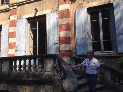Elizabeth Juvet devant la villa Monoyer dans le 3ème arrondissement