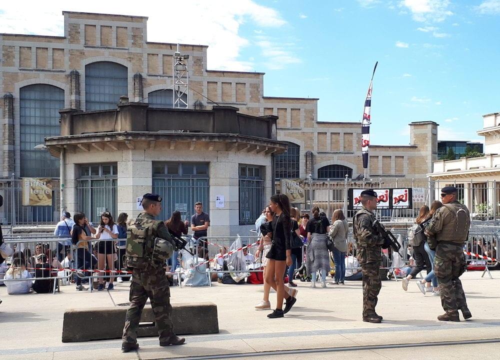 Le 9 juin, des militaires stationnent devant la Halle Tony Garnier pour le concert d'Ariana Grande à Lyon. ©LB/Rue89Lyon