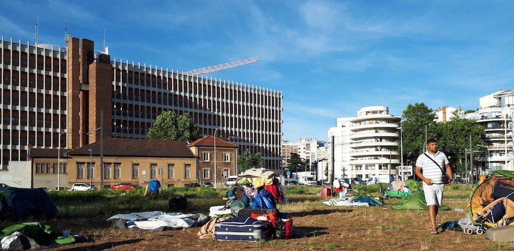 Les affaires des familles albanaises qui montent tous les soirs une vingtaine de tentes sur la friche en face des archives départementales du Rhône. ©DR