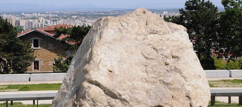 Qu'est-ce que ce «Gros Caillou» qui trône sur la Croix-Rousse et surplombe Lyon ?