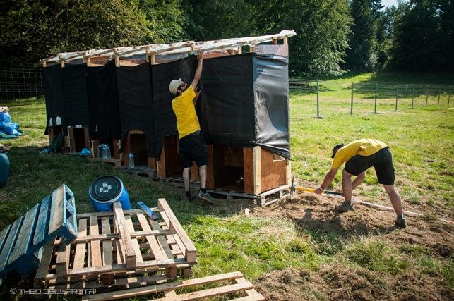 La construction des toilettes sèches du Col des 1000 ©Théo Dellarota