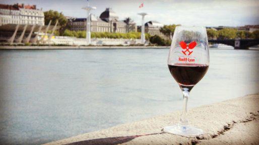 Verre du salon des vins Rue89Lyon en balade sur les berges du Rhône. Photo BE/Rue89Lyon